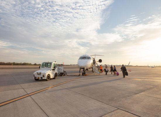 Imagen avión mediano y pista